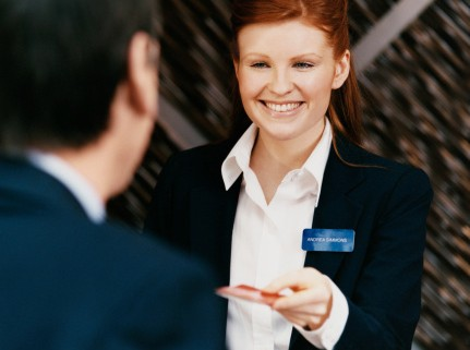 Cách giải quyết phàn nàn của khách hàng cho nhân viên lễ tân
